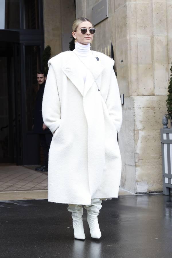 Hailey Bieber de branco em Paris