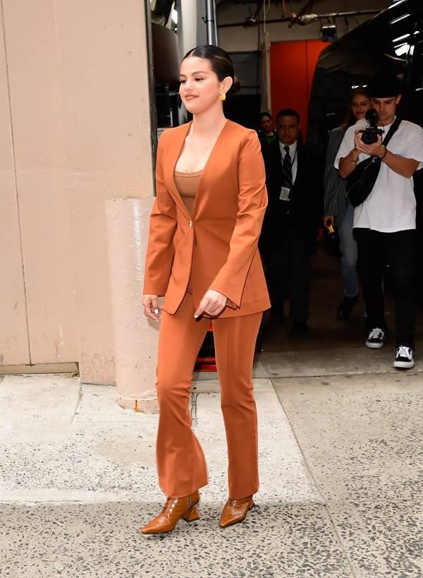 Selena Gomes de marrom em Nova York