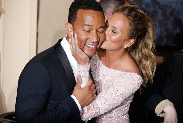 John Legend e Chrissy Teigen se beijam no Globo de Ouro