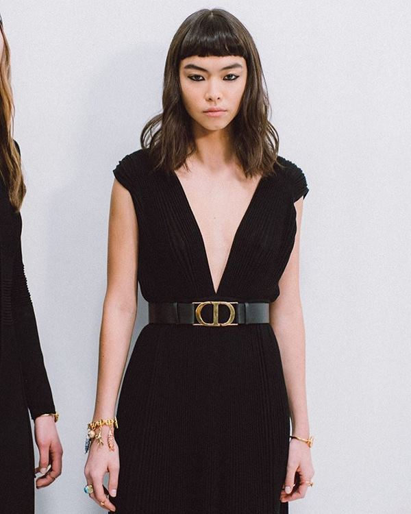 Modelo com vestido preto