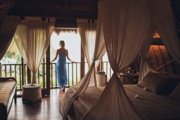 mulher em hotel