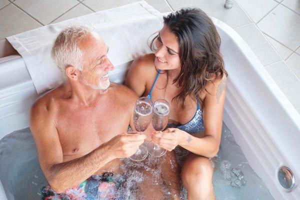 homem e mulher na banheira