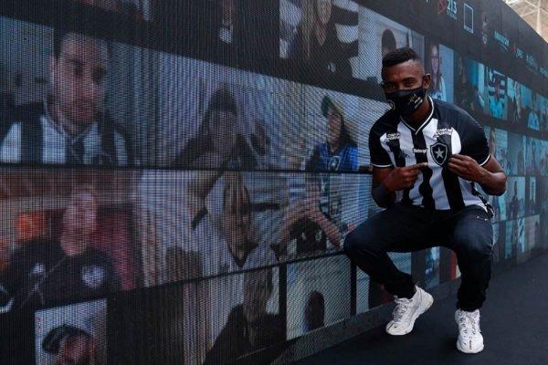 Kalou ao lado da torcida virtual do Botafogo