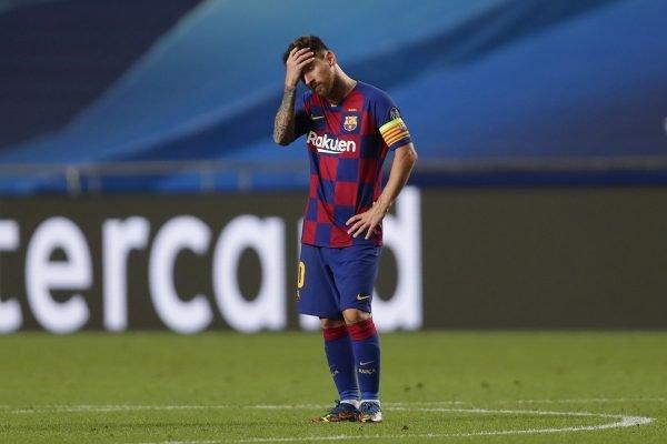 Messi com a mão na cabeça