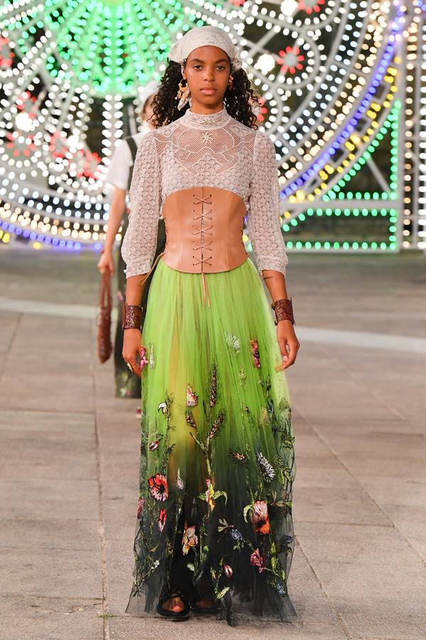 Lenço na cabeça na passarela da Dior