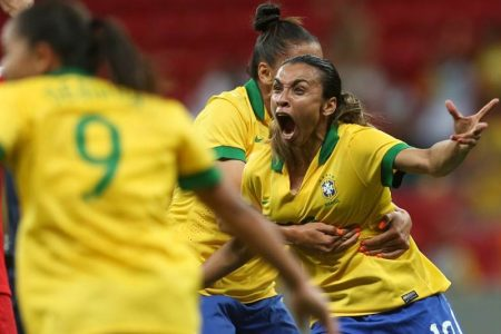 Marta comemorando gol