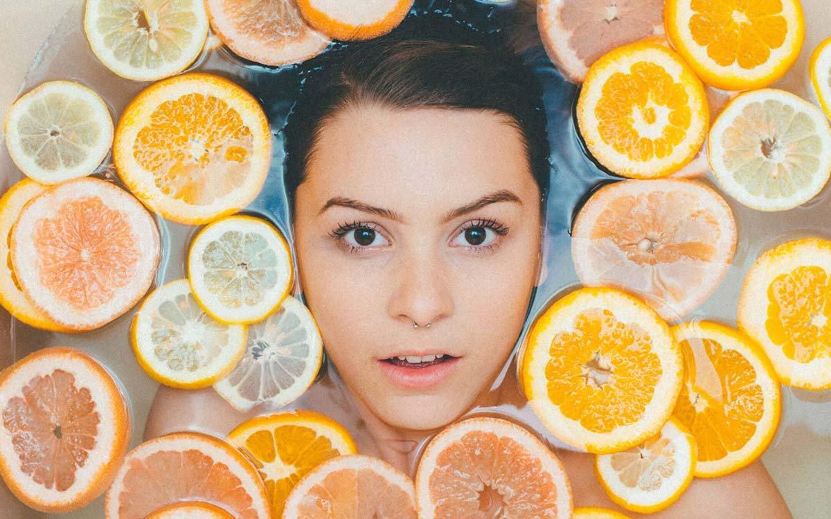 Mulher com laranjas