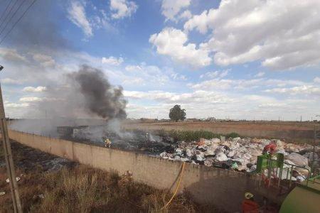 Depósito de materiais recicláveis na BR-251 pega fogo