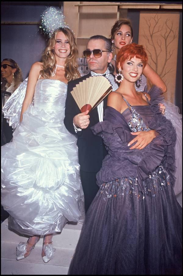 Claudia Schiffer, Karl Lagerfeld , Christy Turlington e Linda Evangelista em desfile de alta-costura da Chanel nos anos 1990