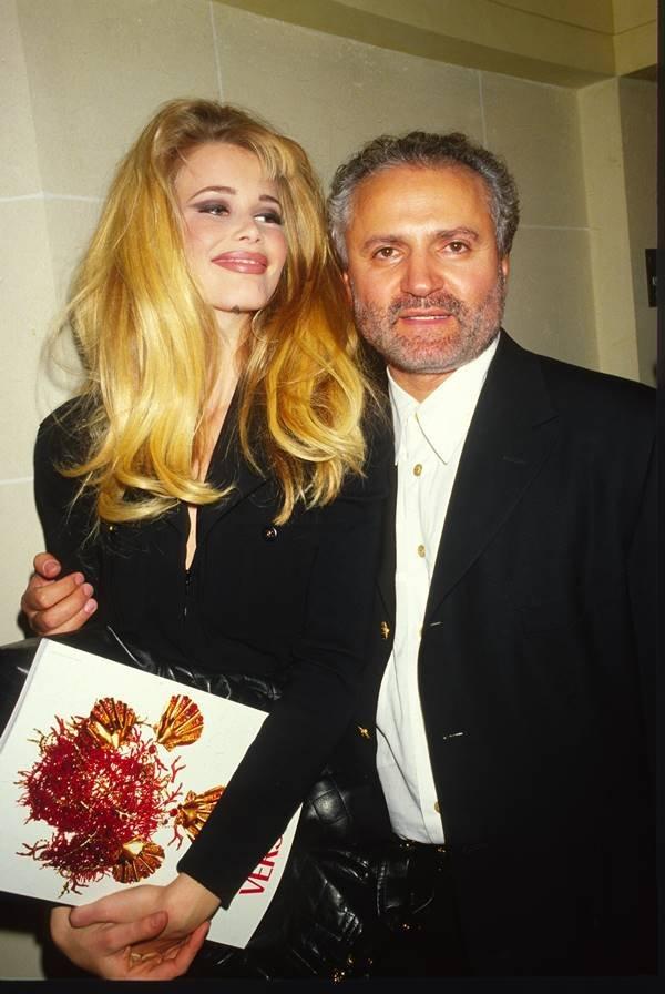 Claudia Schiffer e Gianni Versace nos anos 1990