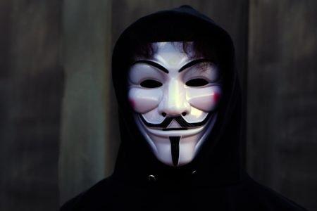 Homem usa máscara de Guy Fawkes
