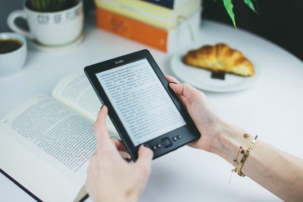 Pessoa lendo no Kindle