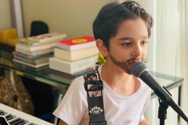 Gustavo Saldanha cantando