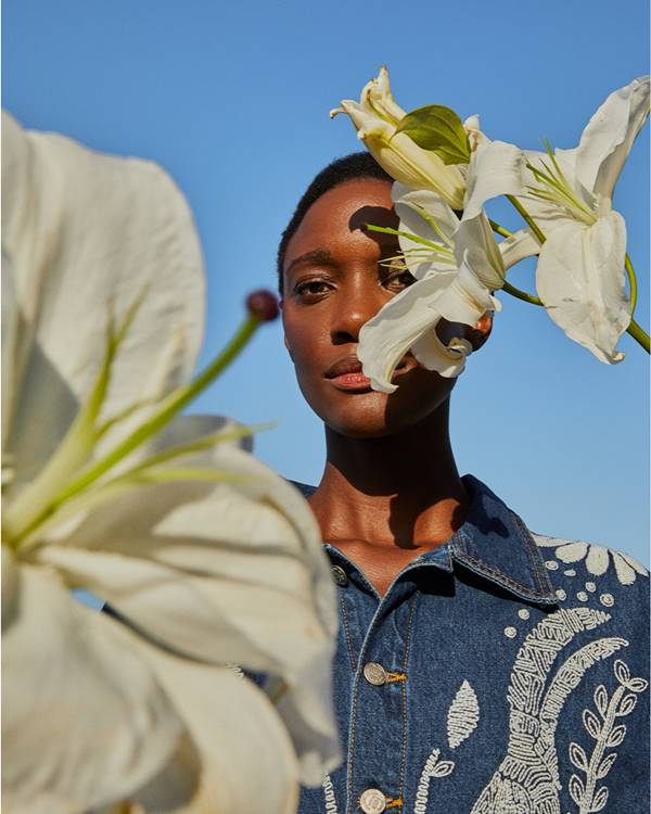 Modelo posa com flor