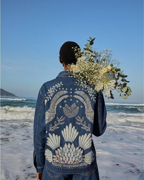 Modelo com flores na praia