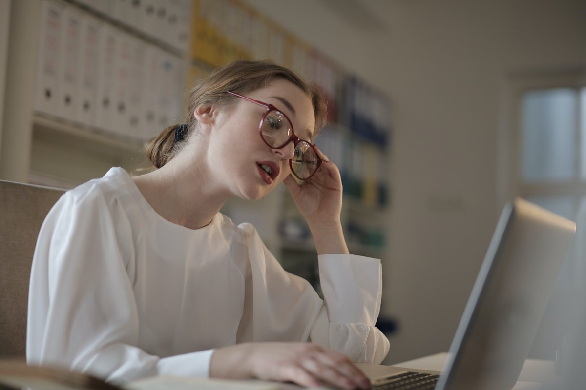 Mulher olha o computador