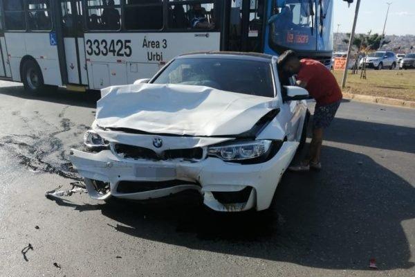 BMW amassada em acidente
