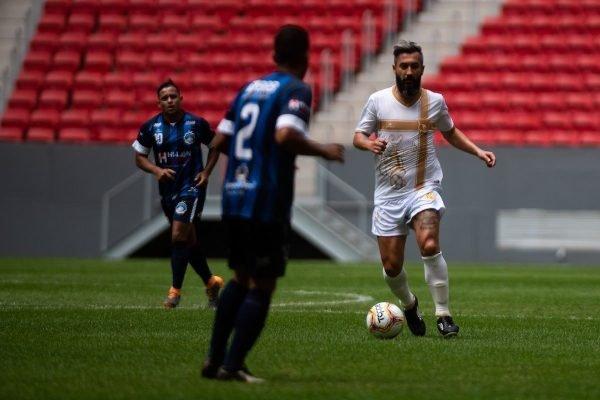 Douglas com a camisa branca do Brasiliense