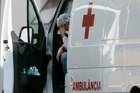 Ambulância deixa paciente com cornavirus (covid-19) no Hran