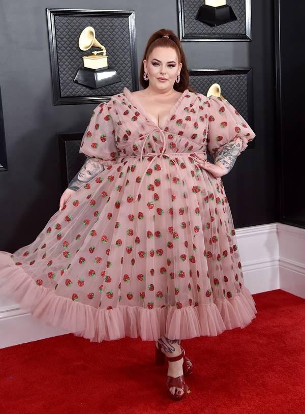 Tess Holliday com vestido de morangos Lirika Matoshi