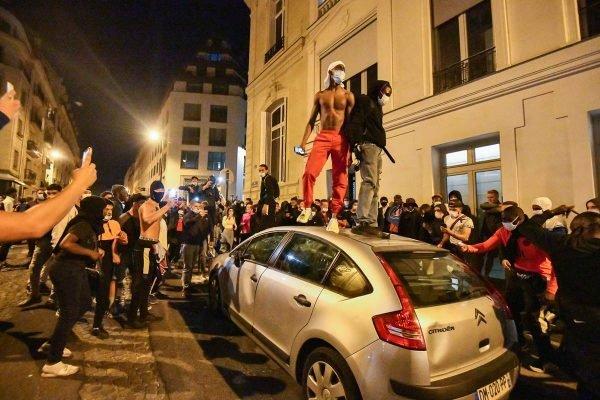Torcida do PSG sobe em carro após perder final da Champions