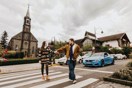 Casal atravessa rua em Gramado, RS