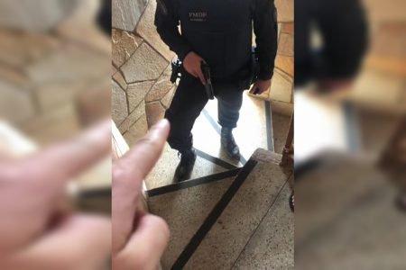 Dedo aponta para arma em mão de PM