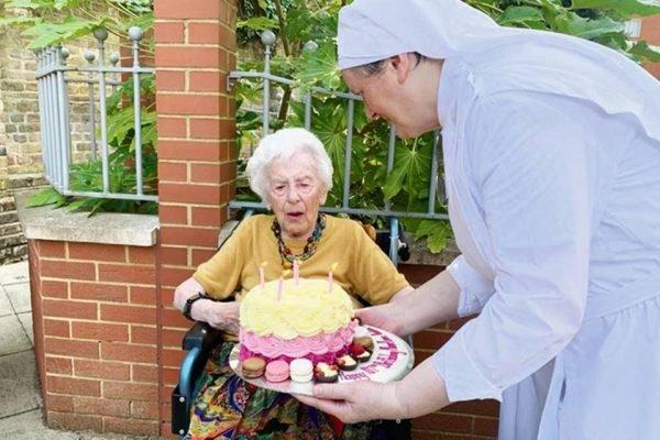 Mais velha mulher a vencer o coronavírus no Reino Unido