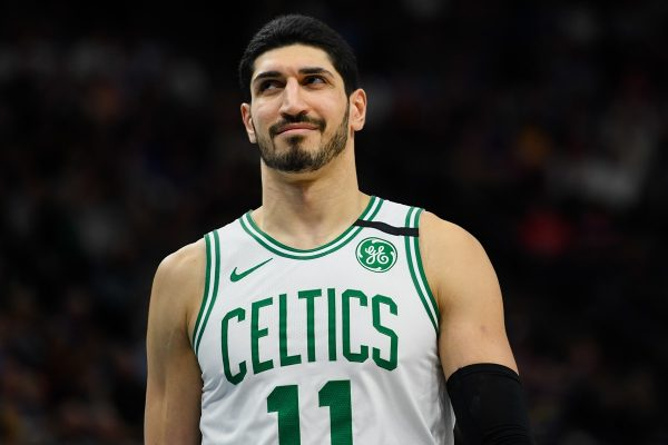 Enes Kanter com a camisa do Boston Celtics