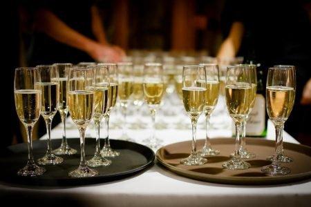 taças de champanhe em mesa