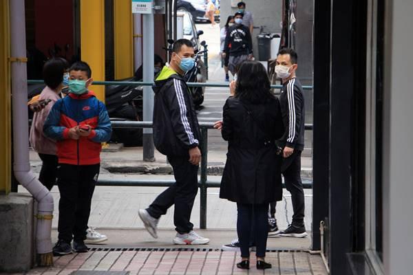 Pessoas na rua com máscaras