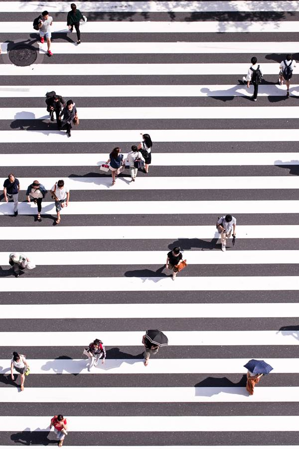 Pessoas na rua em faixa de pedestres