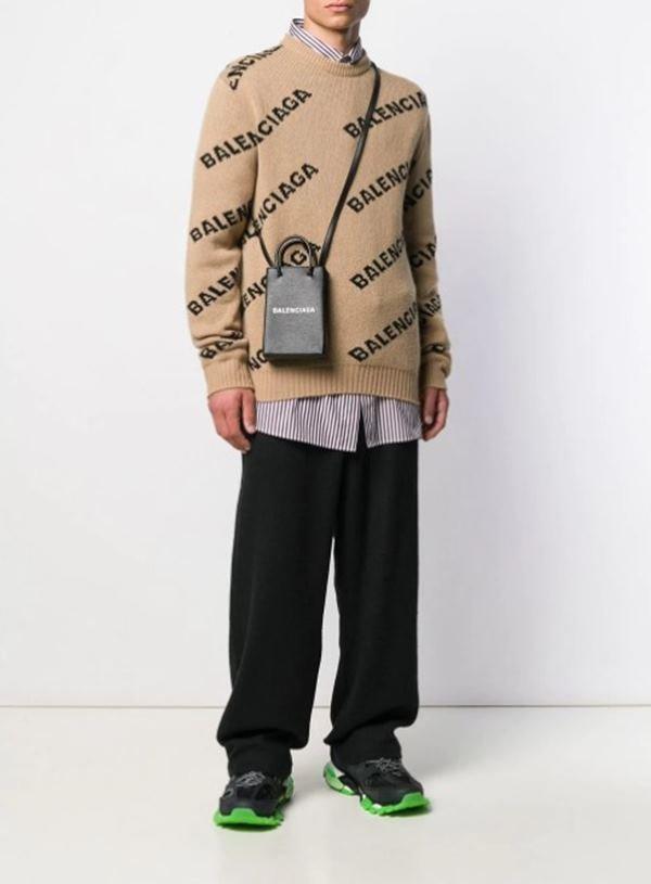 Modelo com bolsa Balenciaga