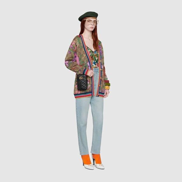 Modelo com bolsa Gucci