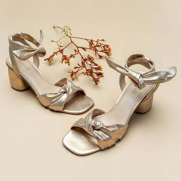 Sandália metalizada com salto da Shoestock