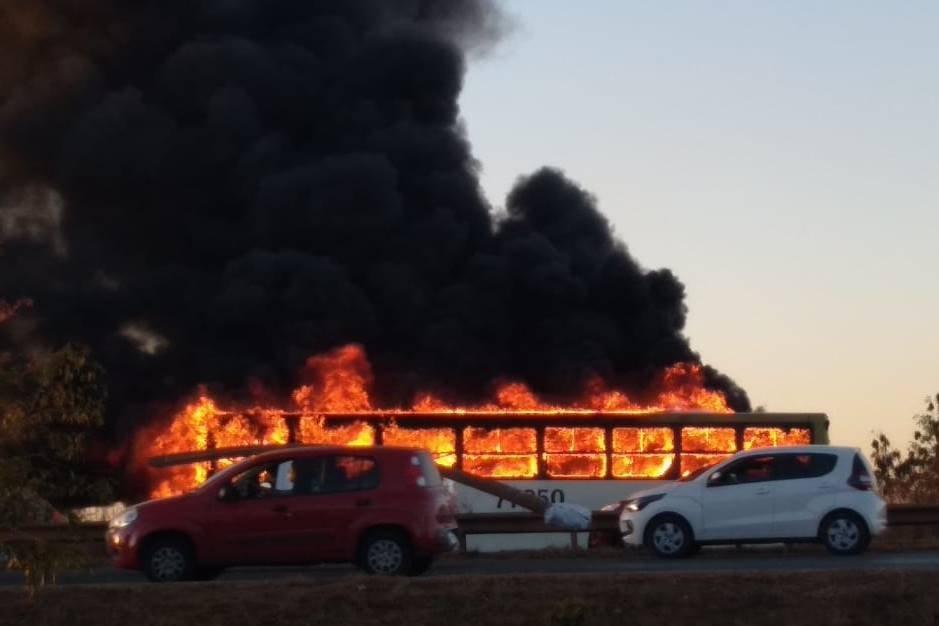 Ônibus incendiado