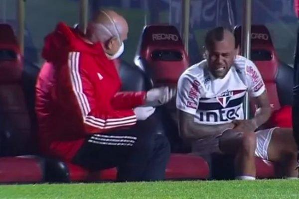 Daniel Alves com dor no braço