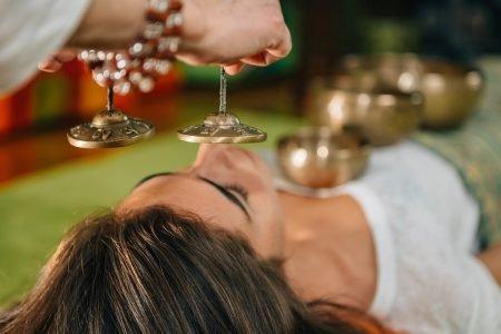 mulher fazendo terapia com som