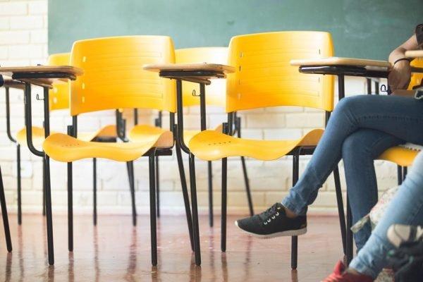 carteiras em sala de aula
