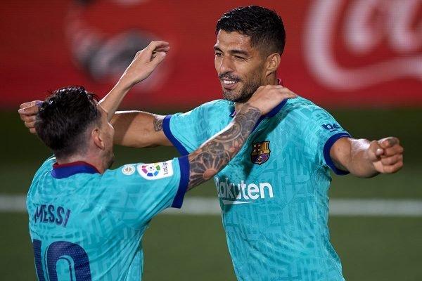 Suárez e Messi se abraçam