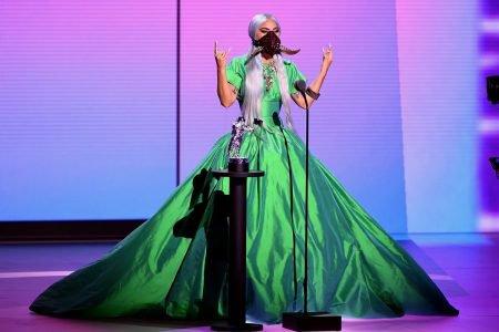 Lady Gaga usando vestido verde e máscara com chifres no VMA 2020