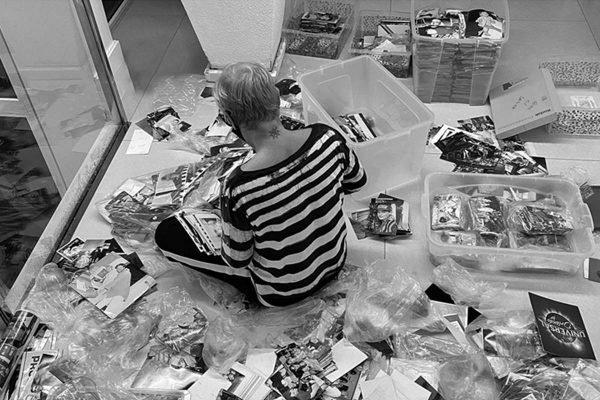 Xuxa buscando fotos para Memórias