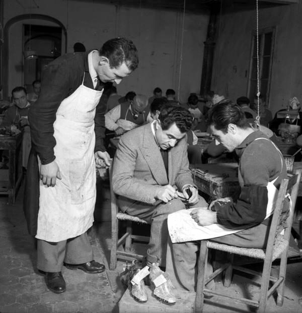 Salvatore Ferragamo trabalhando em ateliê