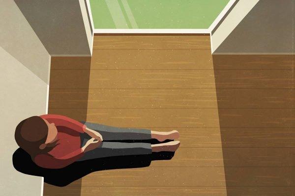 mulher sozinha olhando pela janela
