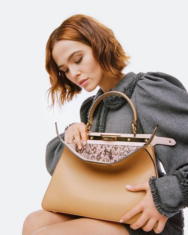 Zoey Deutch com bolsa Peekaboo em campanha da Fendi