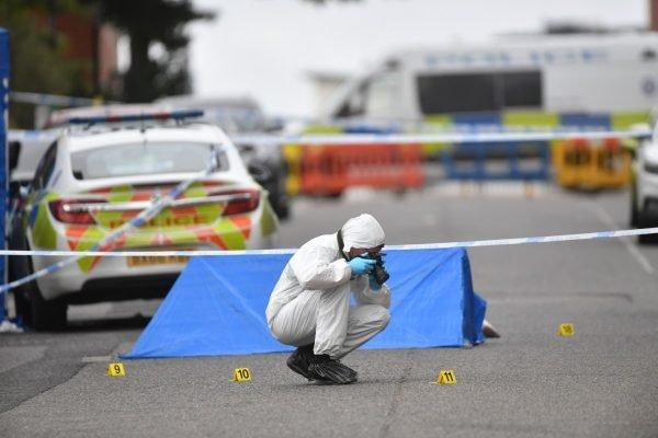 Perito fotografa cena do crime após esfaqueamento na Irving Street, em Birmingham