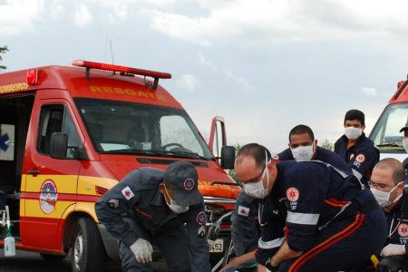 Bombeiros e equipe do Samu de Minas Gerais fazem atendimento a vítima de acidente de trânsito