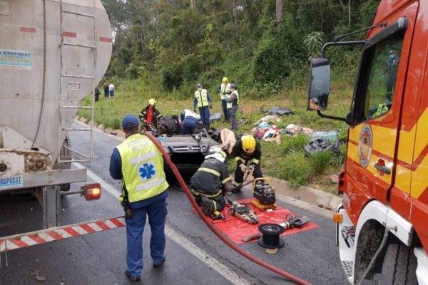 Acidente grave entre carro e caminhão mata quatro pessoas na BR-470 em Santa Catarina