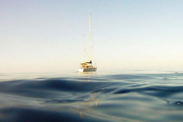 Casal fica perdido em alto-mar ao tentar provar que a Terra é plana