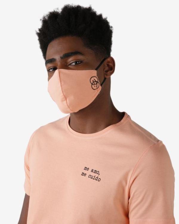 Modelo com blusa antiviral
